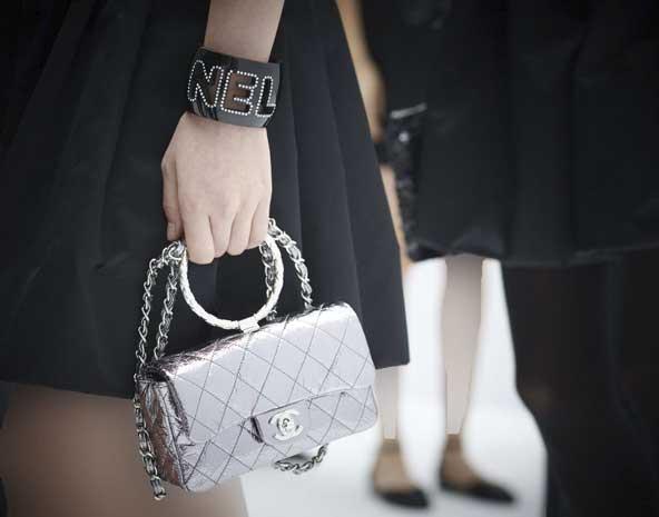 مدل کیف دستی دخترانه نقره ای رنگ بسیار با کلاس ۲۰۲۰ برند شانل