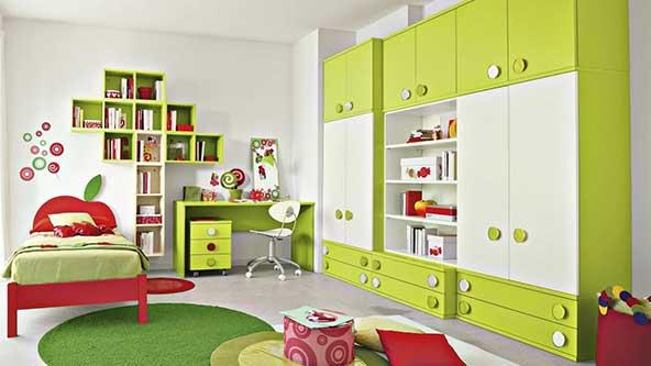 چیدمان چشم نواز اتاق کودک پسر با تلفیقی از رنگ های سبز و قرمز و سفید و استفاده از پارچه نمدی
