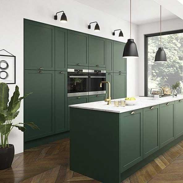 طرح کابینت آشپزخانه مدل ۹۹ به رنگ سبز تیره برای انتهای پذیرایی