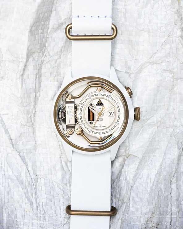ساعت اسپرت زنانه با دیزاینی متفاوت و بندی سفید رنگ